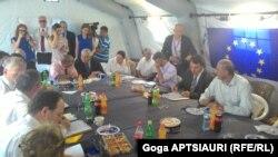Стороны сегодня вновь обсудили недавние события в селах Цителубани, Орчосани и Хурвалети. Грузинская сторона потребовала вернуть флаг, однако получила отказ