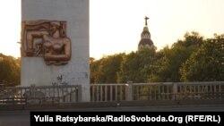 Барельєфи на мосту у Дніпрі - робота українського скульптора Павлова