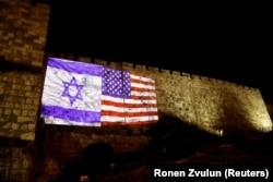 Световая проекция флагов США и Израиля на стене Старого города Иерусалима. Вечер 6 декабря 2017 года