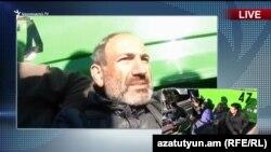 Лидер оппозиции Никол Пашинян со сторонниками перекрыли перекресток в центре Еревана