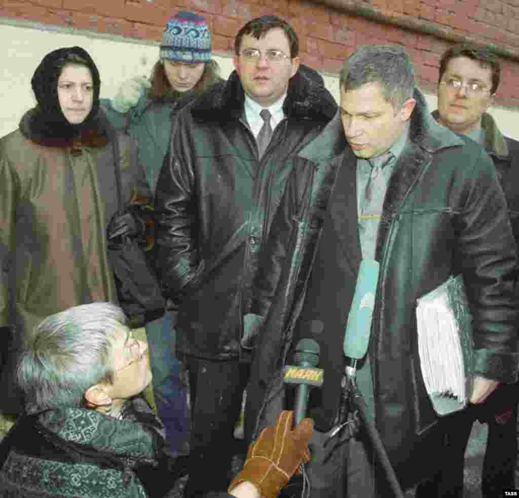 "Politkovskaya served as a mediator between Russian forces and hostage takers during the ""Nord-Ost"" siege at Moscow's Dubrovka Theater in 2002. Here she is seen interviewing Igor Trunov, the lawyer for relatives of the siege's 129 victims. (photo: ITAR-TASS)"