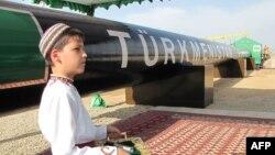 Туркменский мальчик в национальной одежде на церемонии открытия газопровода в Китай. Шаттык, 31 мая 2010 года.