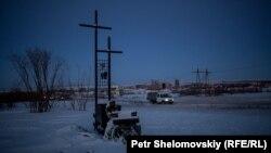 Un mic memorial, la o margine de drum în Vorkuta