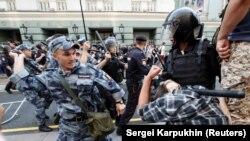 Сотрудник Росгвардии бьет участника акции протеста против планируемого повышения пенсионного возраста. Москва, 9 сентября 2018 года.