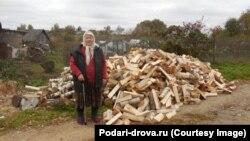 85-летняя жительница деревни Жабкино Александра Назарова и ее подарок – кубометр дров