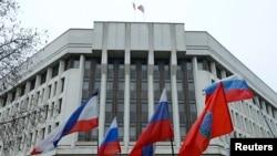 Будівля Верховної Ради Криму з російським триколором на щоглі