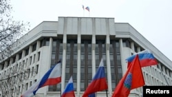 Парчамҳои Русия дар бинои парлумони Қрим
