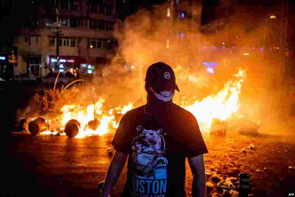 Incendiu provocat de ultras ai galeriilor sportive. Ulterior s-a acreditat teza că aceștia au fost trimiși de unii lideri ai PSD. În urma acestor incendieri, Jandarmeria a intervenit în forță, dispersând gaze lacrimogene, grenade și folosind tunuri cu apă.