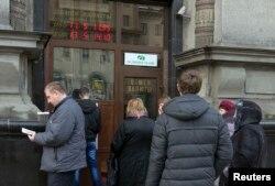 Очередь к банкомату. Минск, 18 декабря