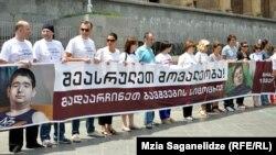 """На акции журналисты демонстрировали фотографию 12-летнего Мирзы Цецхладзе с пояснительной надписью: """"Осталось две недели"""". Мальчика еще можно спасти, однако для этого требуется пересадка костного мозга"""