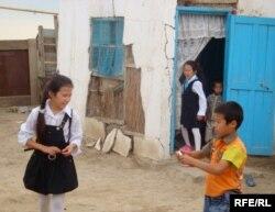 Мектепке жиналып жатқан ауыл балалары. (Көрнекі сурет)
