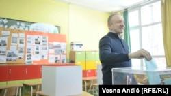"""Kandidat za gradonačelnika liste """"Beograd odlučuje, ljudi pobedjuju"""" Dragan Djilas prilikom glasanja"""