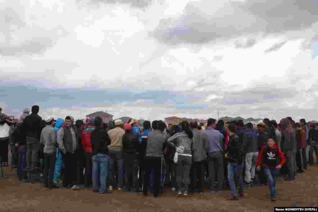 Қараөткел ауылындағы Құрбан айт мейрамы кезінде ұйымдастырылған жарысты тамашалаушылар. 12 қыркүйек 2016 жыл.