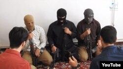 Вооруженные в масках на скриншоте с одного из предыдущих видео с логотипом связанного с ИГ новостного сайта Amaq.