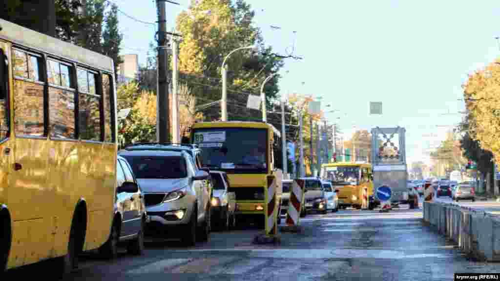 Вулиця Севастопольська на час ремонту зменшилася вдвічі. Основний потік спостерігається в сторону центру міста