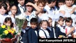 Дети одной из алматинских школ на линейке 1 сентября. Иллюстративное фото.