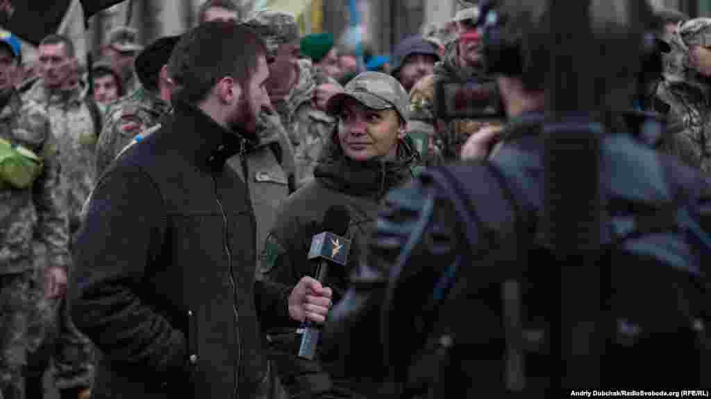 Кореспондент Радіо Свобода спілкується з учасниками маршу під час прямої трансляції