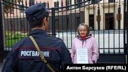 Наталья Мардиева проводит одиночный пикет