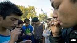 Молодые люди курят марихуану на акции протеста с требованием легализации конопли. Сантьяго, 5 мая 2012 года.