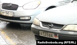 Машини з українськими автомобільними номерами поруч із номерами з угруповань «ЛДПР»