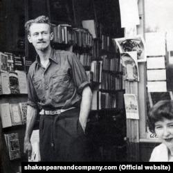 'Shakespeare and Company' mağazasının sahibi George Whitman 1951-ci ildə.
