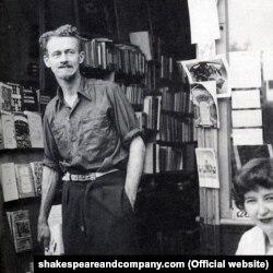 """Shakespeare and Company"" atly kitap dükanynyň eýesi George Whitman 1951-nji ýylda"