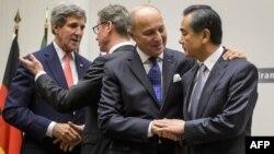 از راست به چپ: وزرای خارجه چین، فرانسه، آلمان، آمریکا پس از امضای توافقنامه در ژنو
