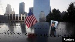 2001 жылы 11 қыркүйек күні болған террорлық шабуыл құрбандарына арналған ескерткішке қойылған қаза тапқандардың бірінің фотосы. (Көрнекі сурет)