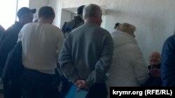 Крымские автолюбители стоят в очереди, чтобы поменять водительские права.