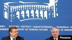 Главы МИД Армении и Украины Эдвард Налбандян и Константин Грищенко на совместной пресс-конференции в Ереване, 11 февраля 2011 г.
