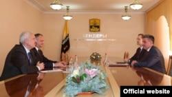 Ігор Додон (2-й л) і Вадим Красносельський (п) під час зустрічі, офіційне фото