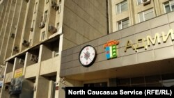 Эти часы на здании администрации Элисты стоят 375 тысяч рублей