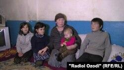 Робия Муродова бо кӯдаконаш
