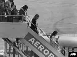 İslamçıların azad etdikləri ilk girovlar Fransanın Oirli aeroportuna gəlirlər