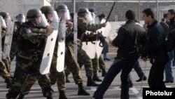 Հայկական բանակի խաղաղապահ բրիգադի զինծառայողները զորավարժության ժամանակ, արխիվ