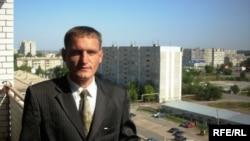 Анатолий Романов өзіне бөлінген пәтердің балконында. Орал, 30 тамыз 2009 жыл.