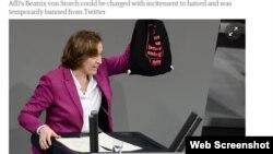 Beatrix von Storch Almaniya Bundestaqında. Onun əlində tutduğu çantanın üzərindəki yazı: «AfD? Sağçı təbliğatı atmaq üçün ən uyğun yer».