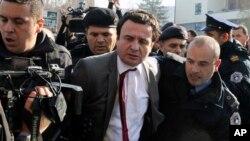 Пратеникот Албин Курти беше уапсен пред косовскиот парламент во Приштина