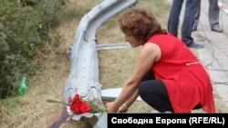 Близки на починалите при фаталния инцидент поставят цветя на мястото на катастрофата