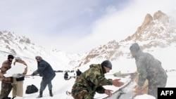 سربازان افغان در استان پروان برای نجات قربانبان بهمن تلاش می کنند.