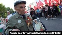 Пожилой житель Киева с портретом Сталина. Украина, 1 мая 2012 года.