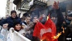 Расейцы паляць турэцкі сьцяг каля амбасады Турэччыны ў Маскве.
