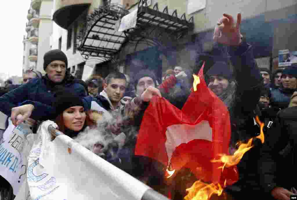 Самые разъяренные участники акции протеста сожгли флаг Турции