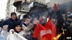 Россияне сожгли турецкий флаг перед посольством Турции в Москве, 25 ноября 2015 года