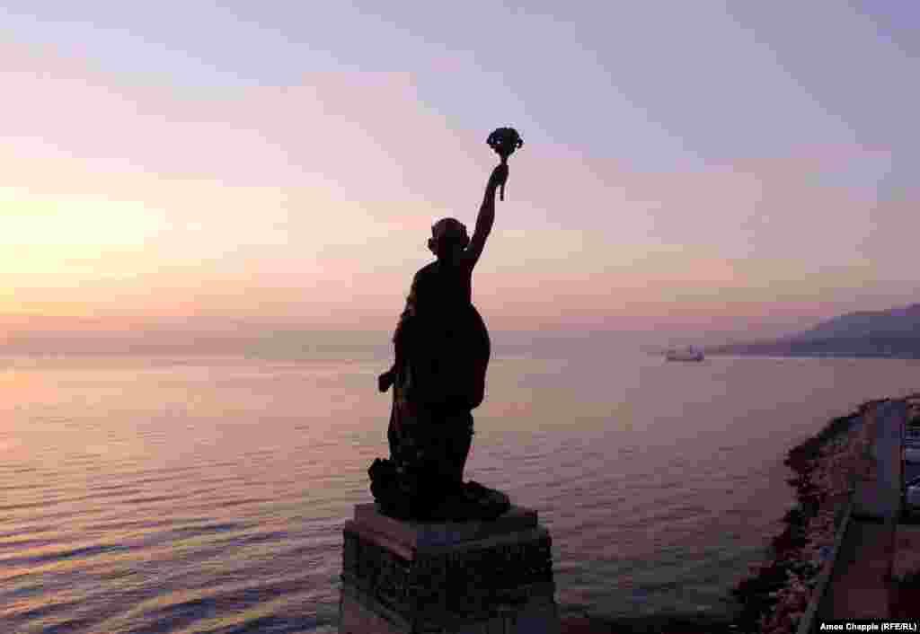 Статуя Свободы на острове Лесбос смотрит в сторону материковой Греции. В этом же направлении двигаются паромы, плывущие в Афины.