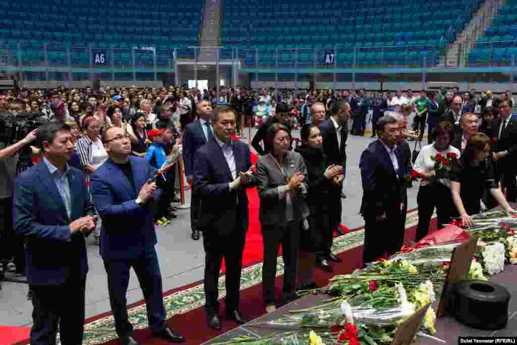В церемонии участвовали представители спортивного сообщества, депутаты, чиновники, а также жители Астаны.
