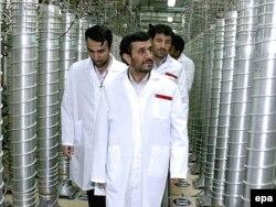 Presidenti i Iranit, Mahmud Ahmadinexhad, duke inspektuar punimet në Natanz (foto arkivi).