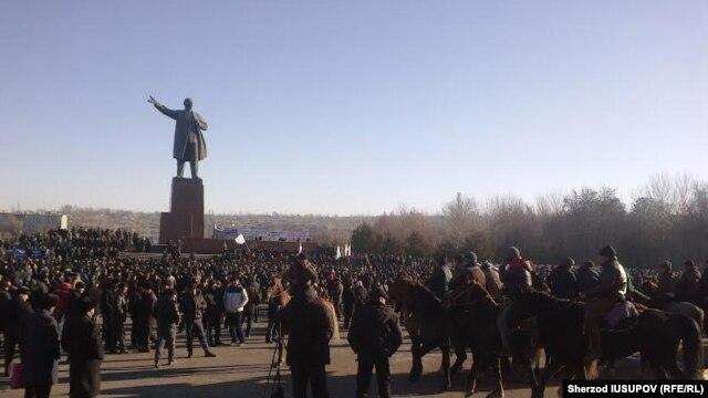 Ўшда Мелис Мирзақматов тарафдорлари митинг ўтказмоқда.