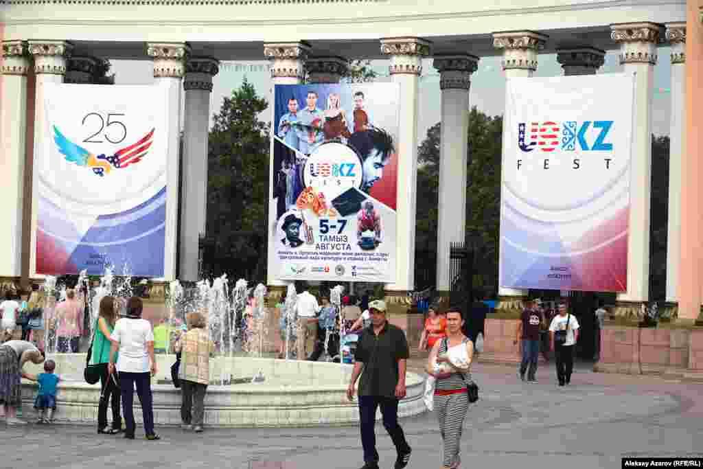 Фестиваль өткен үш бойы Алматының орталық демалыс саябағына кіреберісте мұнда USKZ Fest өтіп жатқаны туралы хабарлаған баннер ілулі тұрды.