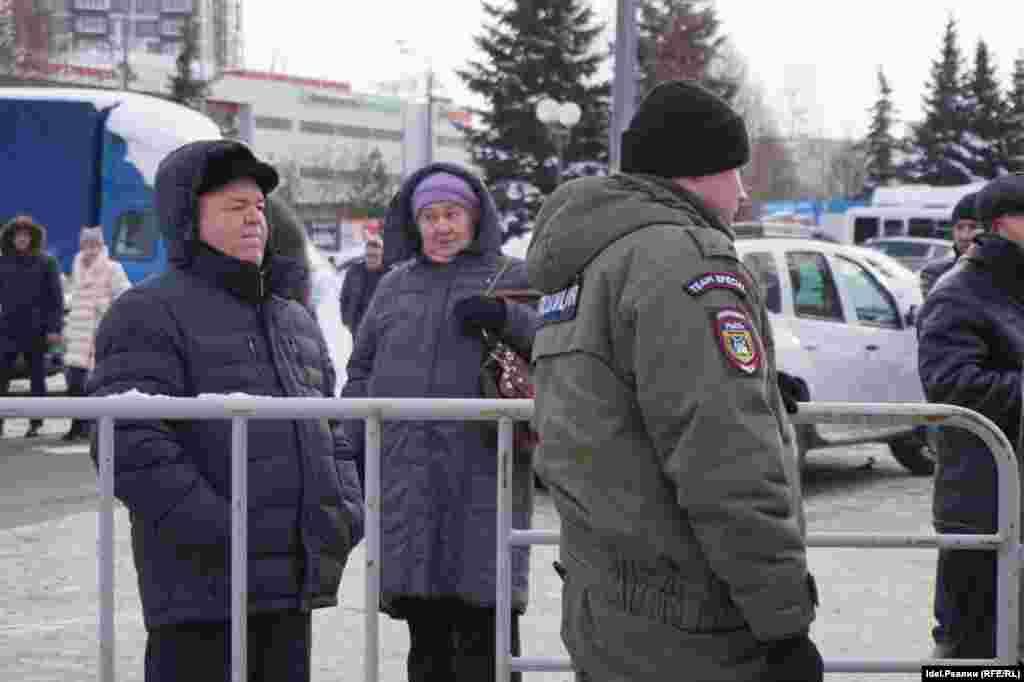 Татар тілін қолдау жиынын бақылап тұрған полицей.